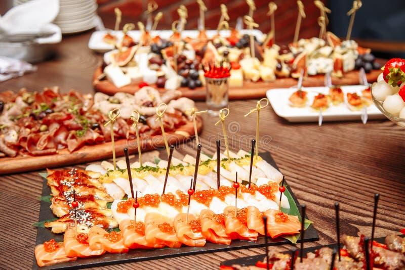 Ajuste luxuoso da tabela de banquete no restaurante Tabela com os petiscos imagens de stock