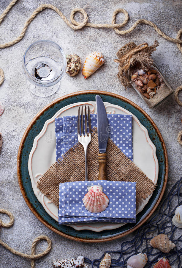 Ajuste marino de la tabla del estilo con las cáscaras, la red y la cuerda del mar fotos de archivo