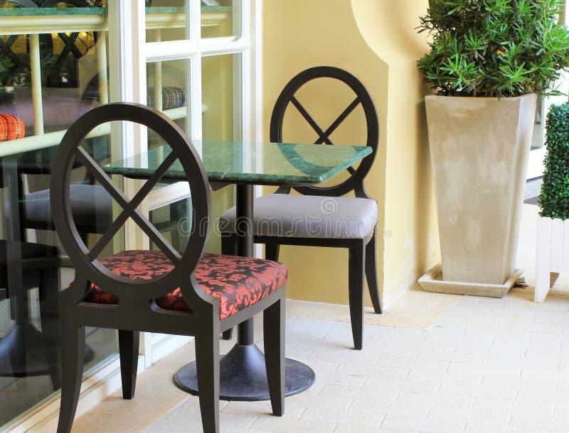 Ajuste moderno de la tabla y de la silla en restaurante fotos de archivo libres de regalías