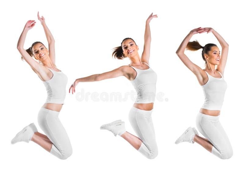 Ajuste, mujer hermosa, joven que salta, tres actitudes fotos de archivo
