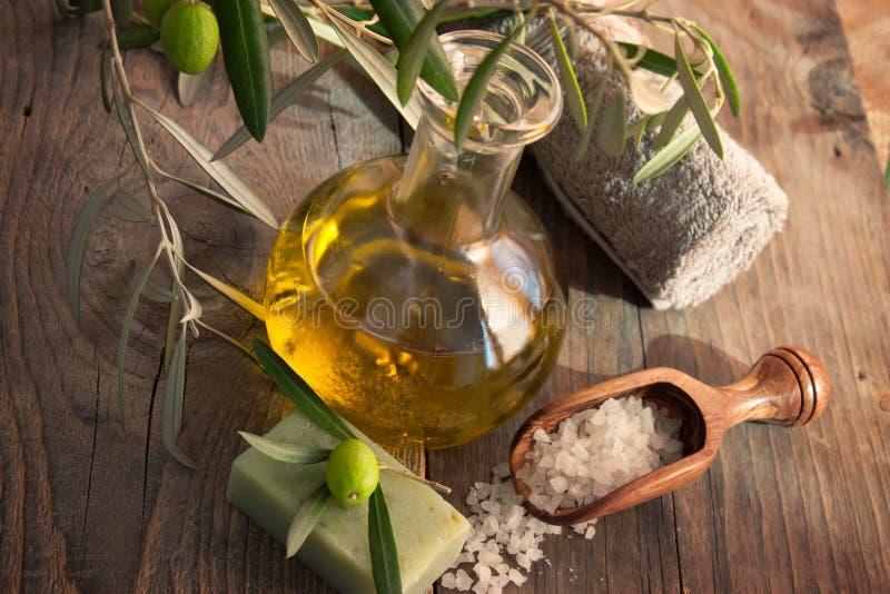 Ajuste natural dos termas com petróleo verde-oliva. fotos de stock