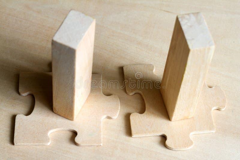 Ajuste no conceito do negócio com enigma e bloco da equipe fotografia de stock