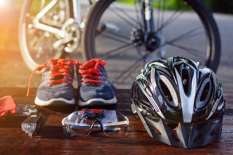 ajuste o equipamento da bicicleta em uma madeira superior imagem de stock royalty free