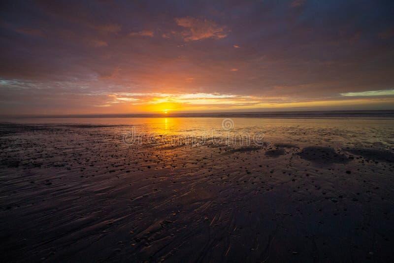Ajuste o grupo em uma praia reflexiva em Granity imagens de stock