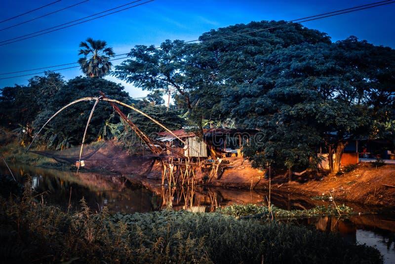 Ajuste pesquero gigante tradicional de la trampa en el lago contra la naturaleza verde en la forma de vida de Thialand Asia tradi foto de archivo