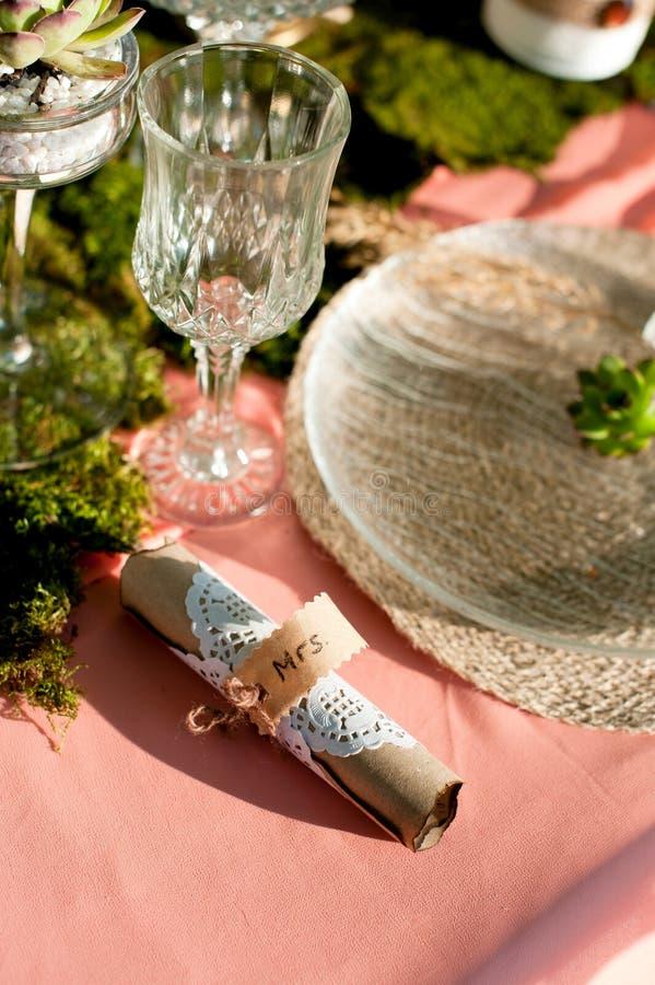 Ajuste rústico da tabela do casamento com plantas carnudas, musgo e madeira imagem de stock