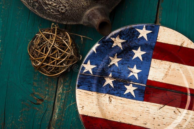 Ajuste rústico de la tabla con la bandera americana imagen de archivo