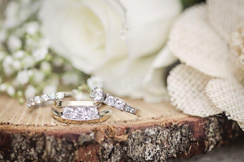 Ajuste rústico de los anillos de bodas fotografía de archivo