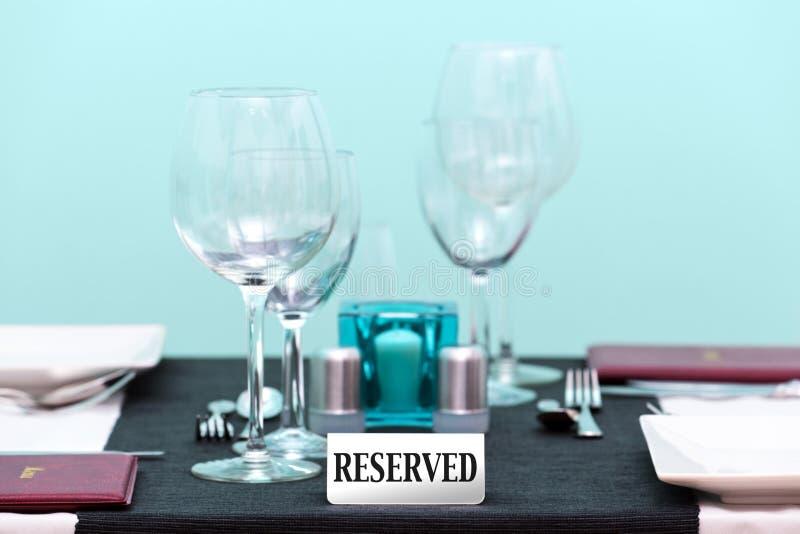 Ajuste Reserved da tabela do restaurante fotos de stock royalty free