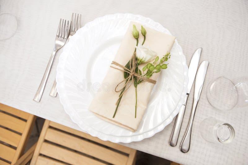 Ajuste rico simple pero de lujo de la tabla para una celebración i de la boda imagenes de archivo