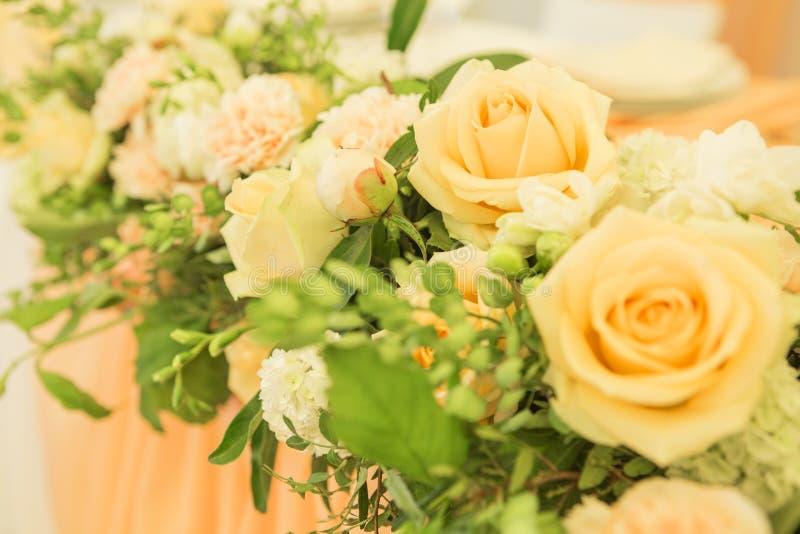 Ajuste rico simples mas luxuoso da tabela para uma celebração do casamento mim foto de stock