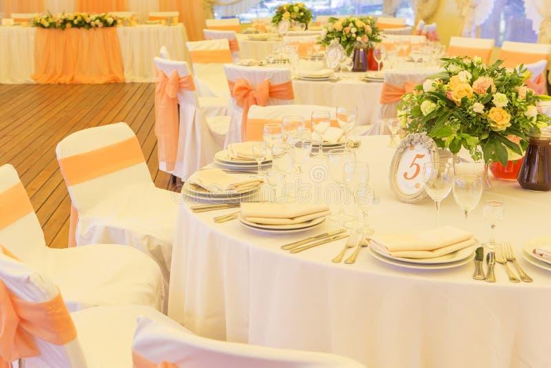Ajuste rico simples mas luxuoso da tabela para uma celebração do casamento mim foto de stock royalty free