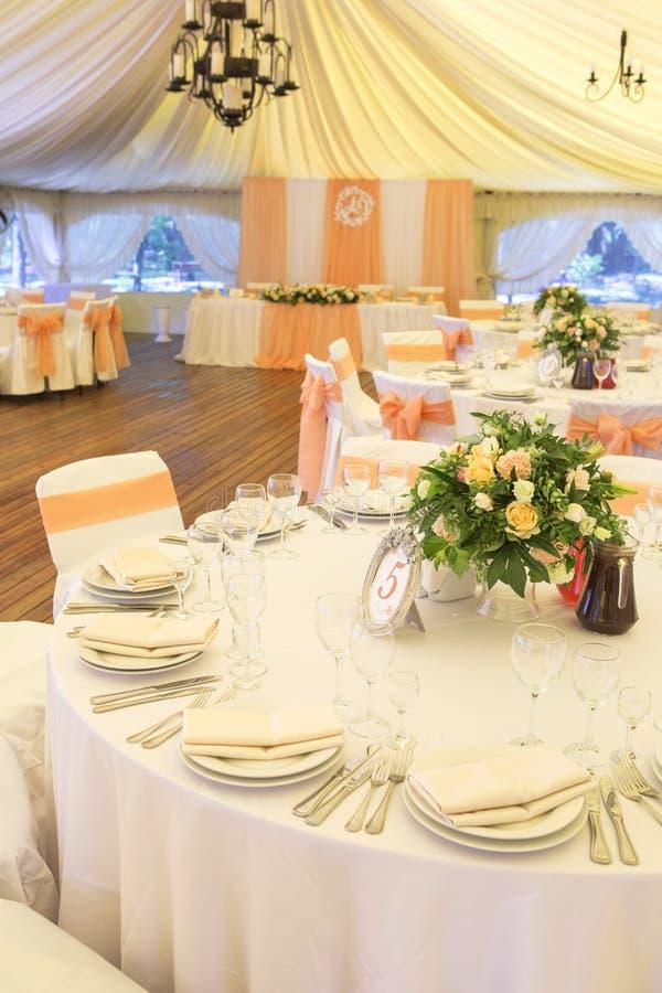 Ajuste rico simples mas luxuoso da tabela para uma celebração do casamento mim imagem de stock