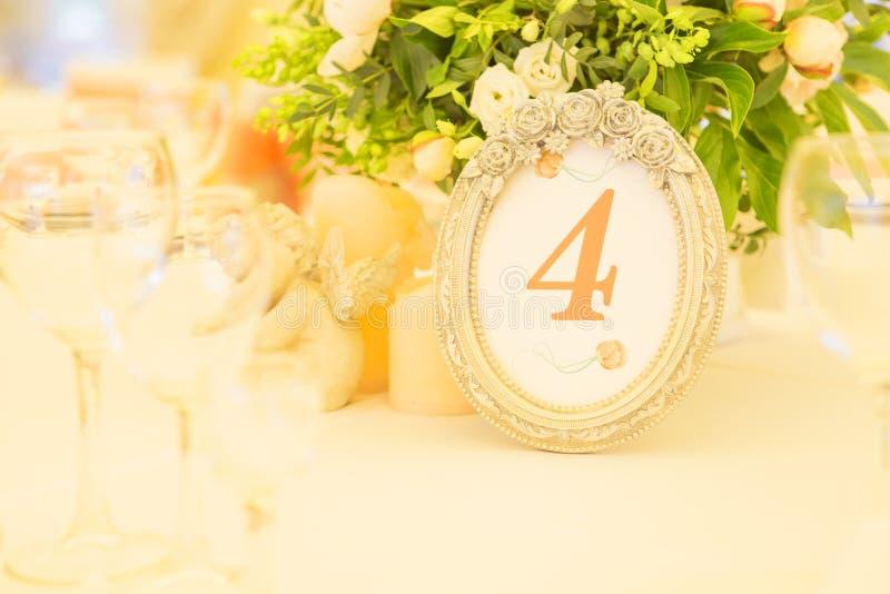 Ajuste rico simples mas luxuoso da tabela para uma celebração do casamento mim imagens de stock