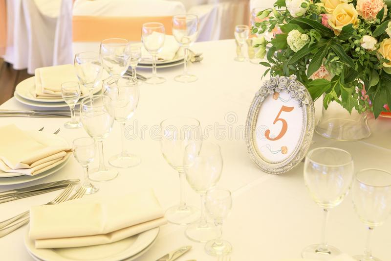 Ajuste rico simples mas luxuoso da tabela para uma celebração do casamento mim imagem de stock royalty free