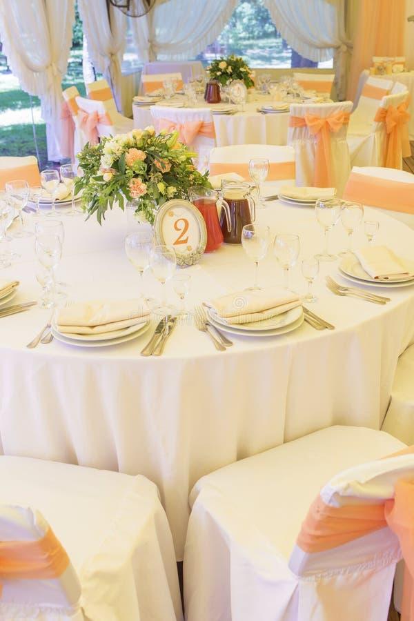 Ajuste rico simples mas luxuoso da tabela para uma celebração do casamento mim imagens de stock royalty free