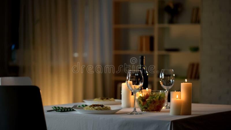 Ajuste romântico da tabela de jantar, vidros de vinho e salada fresca na bacia, data da casa imagens de stock royalty free