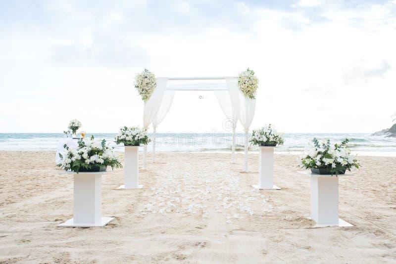 Ajuste romântico do casamento na praia e no céu azul fotografia de stock