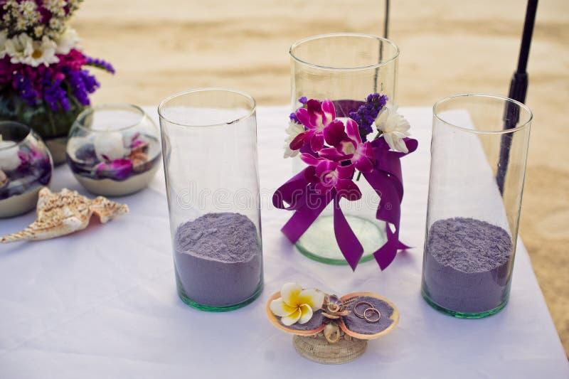 Ajuste romântico do jantar na praia no por do sol imagem de stock royalty free