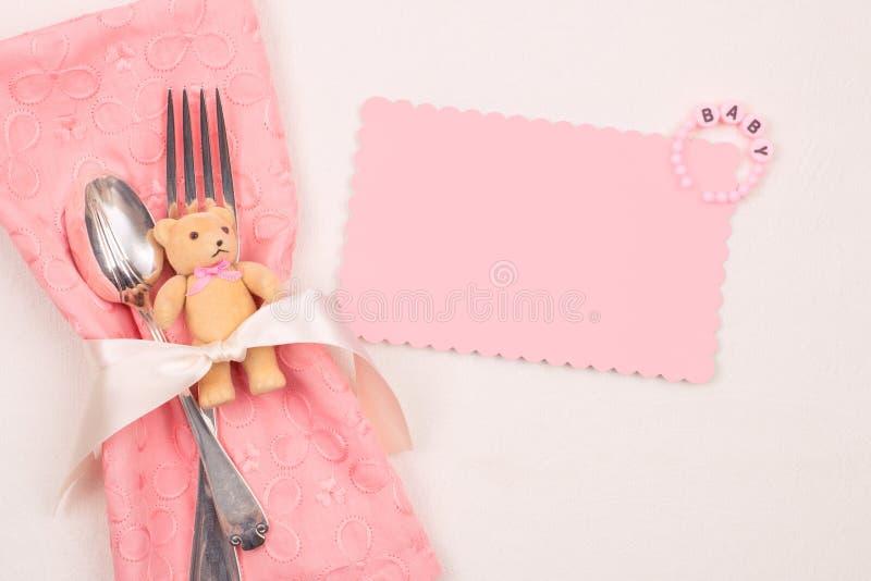 Ajuste rosado bonito de la tabla de la fiesta de bienvenida al bebé de la muchacha con la tarjeta en blanco con el sitio o espaci fotos de archivo libres de regalías