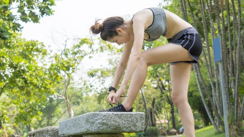Ajuste sano del deporte lindo asiático y muchacha adolescente delgada firme en deporte nosotros imagen de archivo