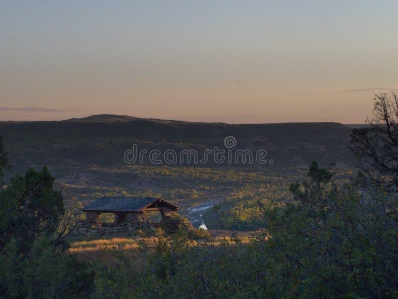 Ajuste Sun sobre Theodore Roosevelt National Park fotos de stock
