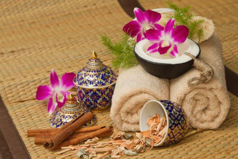 Ajuste tailandés del masaje del balneario con el aceite esencial del balneario, toalla, hierba, imagen de archivo