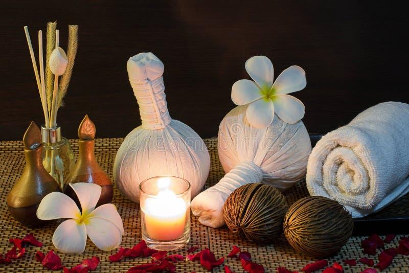 Ajuste tailandés del masaje del balneario en luz de una vela fotografía de archivo libre de regalías