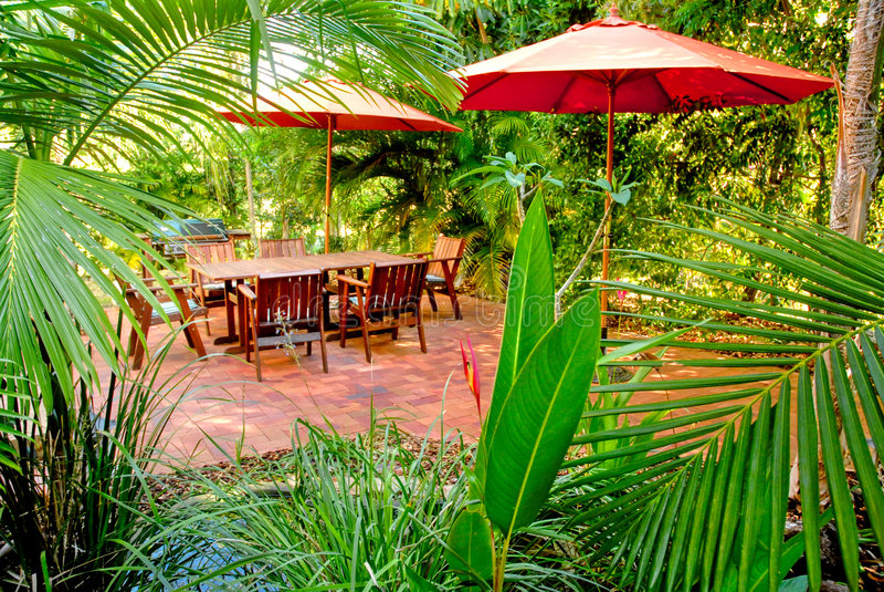 Ajuste tropical do jardim do quintal imagem de stock royalty free