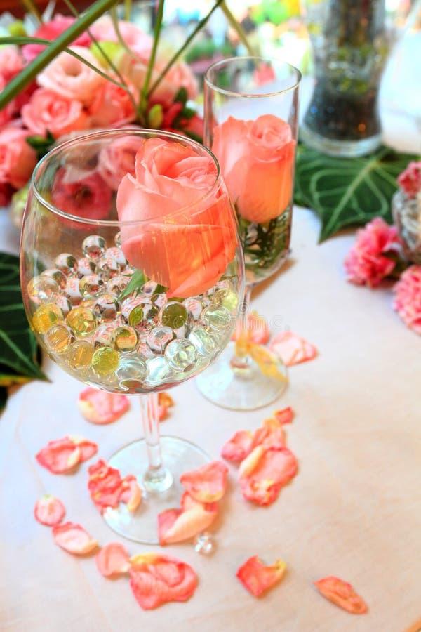 Ajuste y flores de la tabla de la decoración de la boda fotografía de archivo libre de regalías