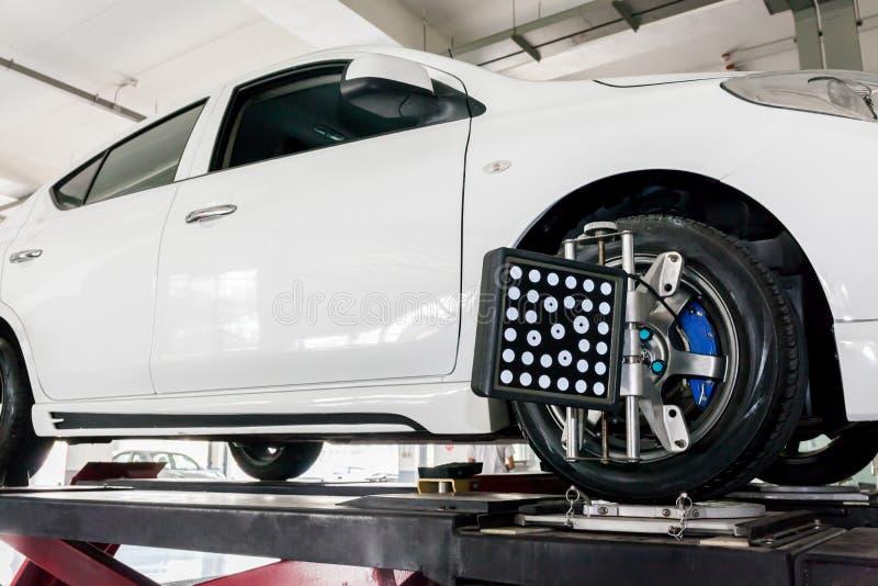 Ajustement de suspension et travail d'alignement des roues d'automobile photos libres de droits