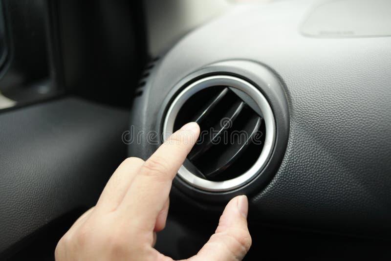 Ajustement du climatiseur dans la voiture photos libres de droits