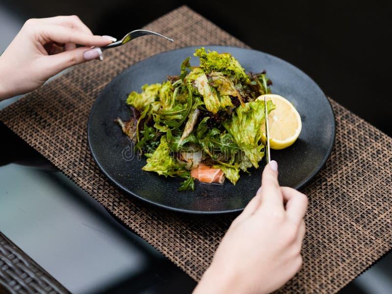 Ajustement sain de salade de perte de poids de repas de nourriture de régime photographie stock libre de droits