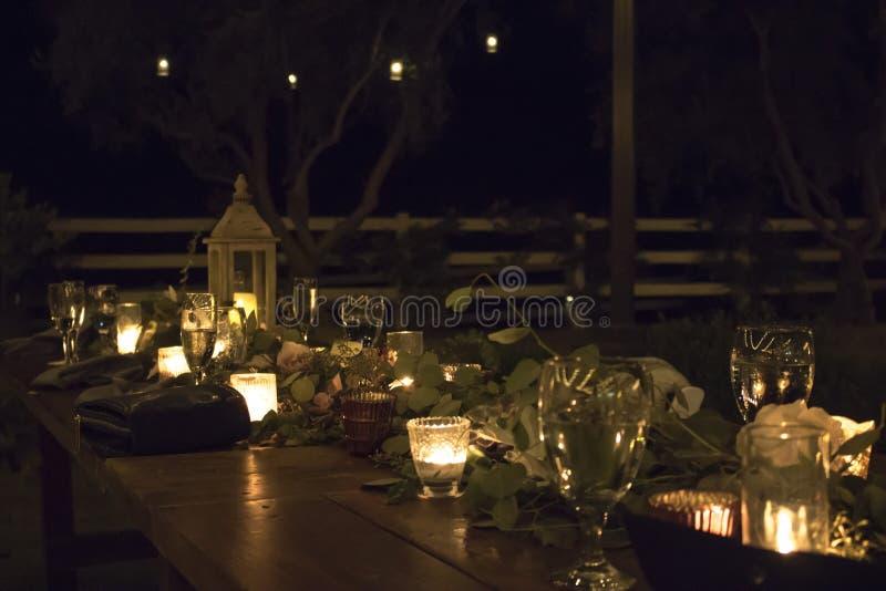Ajustes al aire libre de la tabla de la noche para el partido o la recepción foto de archivo libre de regalías