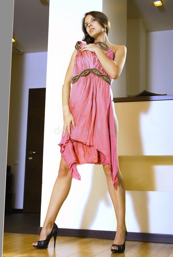 Ajustes da mulher no vestido cor-de-rosa novo foto de stock royalty free