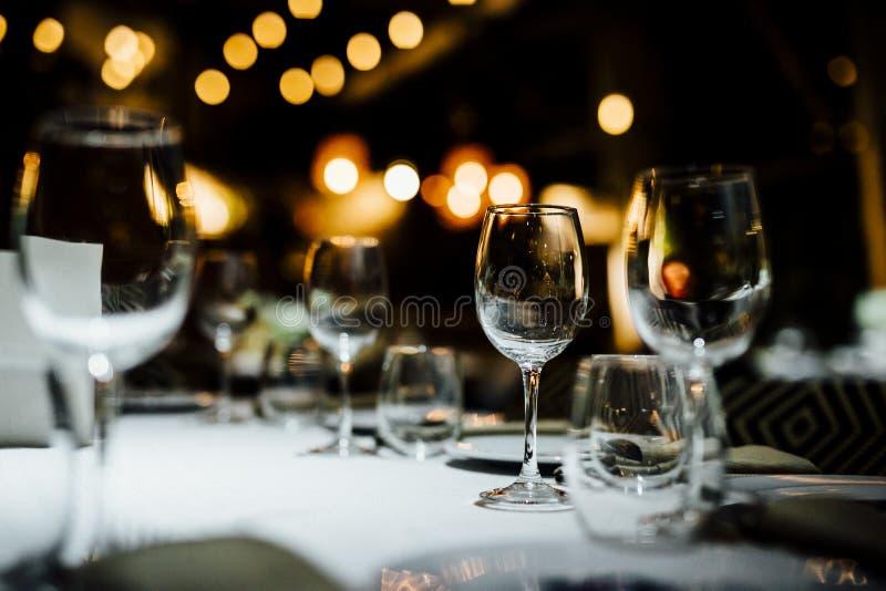 AJUSTES DE LUJO 2019 de la TABLA para la multa que cena con y la cristalería, fondo borroso hermoso Para los eventos, bodas Prepa foto de archivo