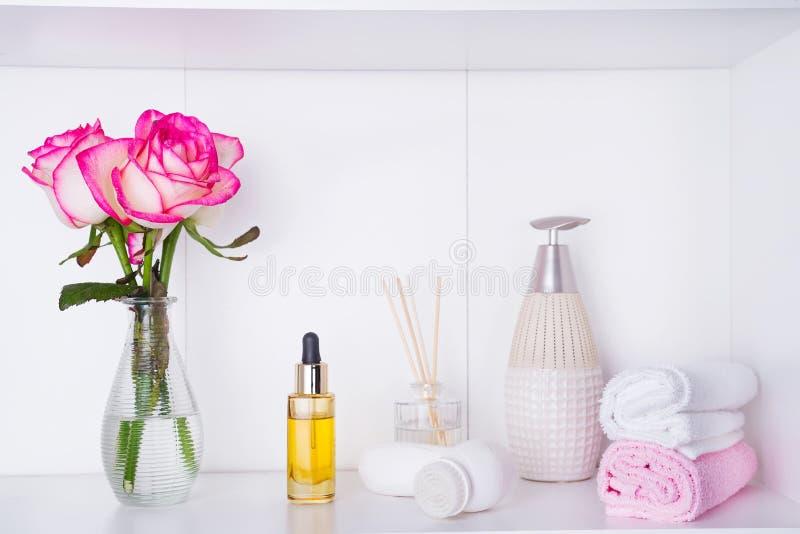 Ajustes del balneario con las rosas Las rosas frescas y subieron los pétalos y los diversos artículos usados en los tratamientos  fotos de archivo libres de regalías