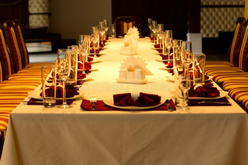 Ajustes formales de la tabla de cena para un evento especial imagenes de archivo