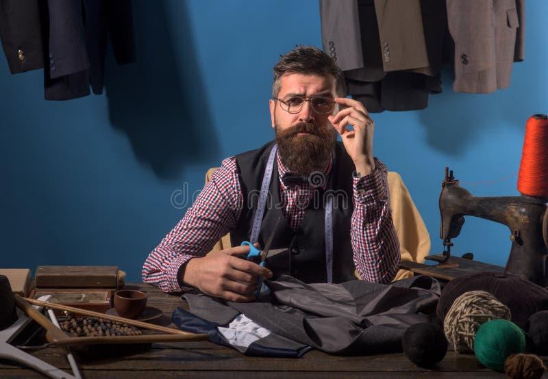 Ajustes perfectos taller de adaptación retro y moderno tienda del traje y sala de exposición de la moda Código de vestimenta del  imágenes de archivo libres de regalías
