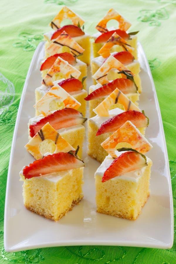 Ajustez les mini gâteaux mousseline photos libres de droits