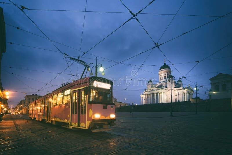 Ajustez passer la place de sénat de Helsinki pendant le coucher du soleil avec Helsinki images stock