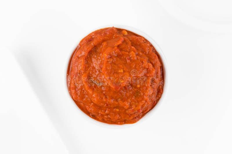 Ajvar eller Pindjur orange grönsakspridning som göras från spanska peppar royaltyfri bild