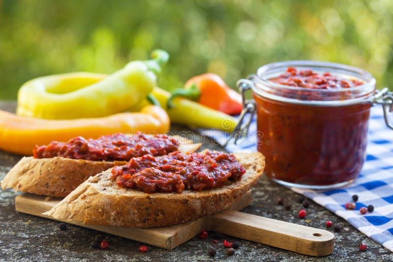 Ajvar - plat délicieux des poivrons rouges rôtis images stock