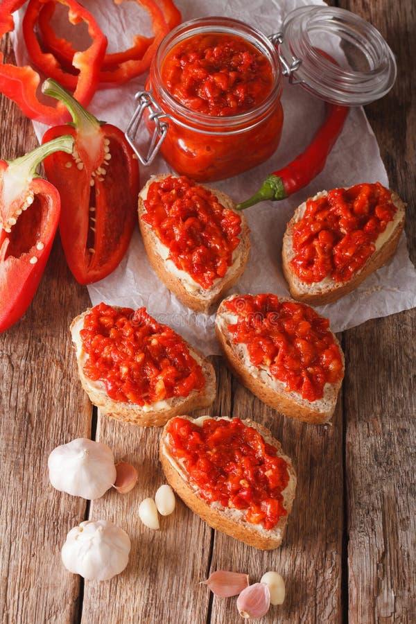 Ajvar - prato delicioso de pimentas vermelhas, de cebolas e de close up do alho imagem de stock