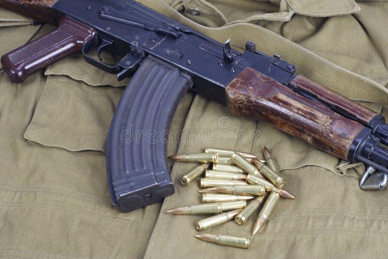 AK47 op kaki eenvormig stock afbeelding