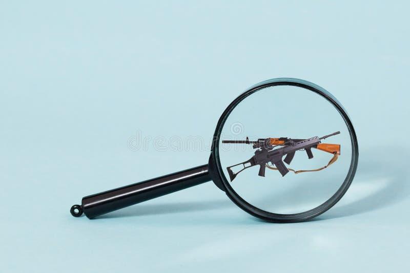 AK-47 a través de una lupa imágenes de archivo libres de regalías