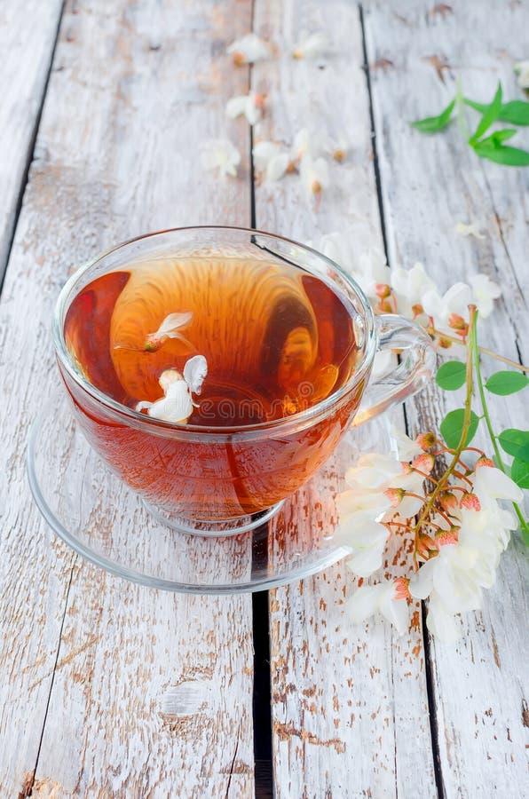 Akacjowy herbaty zakończenie up na drewnianych stołach zdjęcie stock