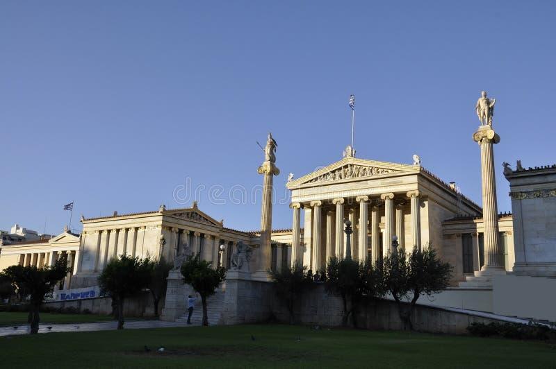 Akademi av Atengränsmärket på solnedgången i Grekland royaltyfria foton