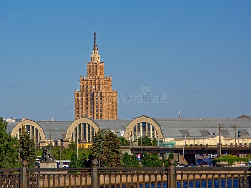 Akademi av vetenskapsbyggande och saluhallen, Riga, Lettland royaltyfri foto