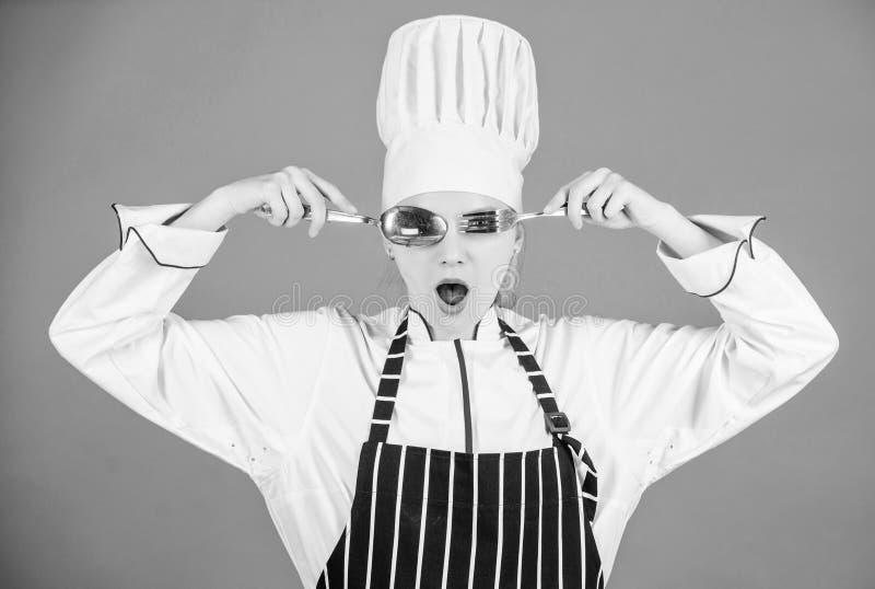 Akademi f?r kulinariska konster Kulinariskt skolabegrepp F?r kockh?ll f?r kvinna som yrkesm?ssig gaffel f?r sked f?r redskap har  royaltyfria bilder